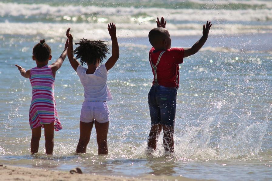Kinder im Meer in Afrika