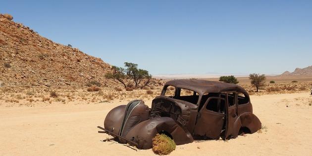 versandetes Auto in Wüste, Namibia