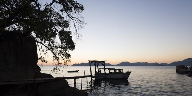 Malawisee Steg mit Boot Mumboisland