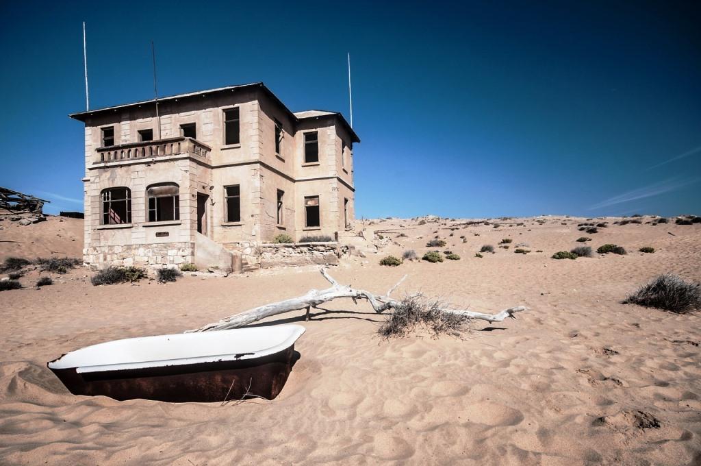 ein Haus der Geisterstadt Kolmanskop in der Wüste