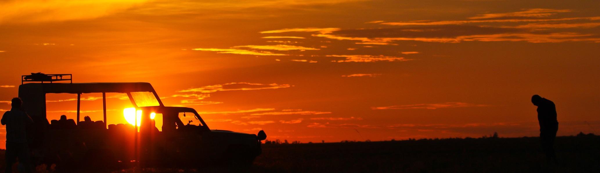 Jeep im Sonnenuntergang in Afrika