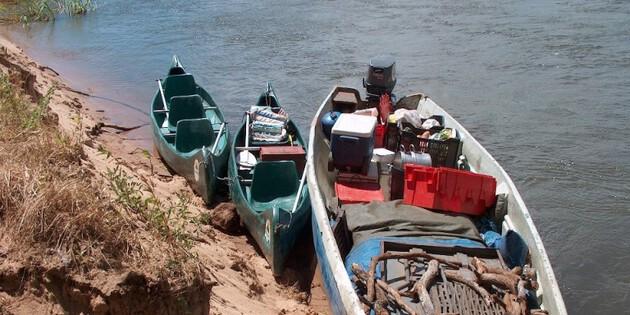 Fischerboote auf dem Zambesi Fluss Afrika