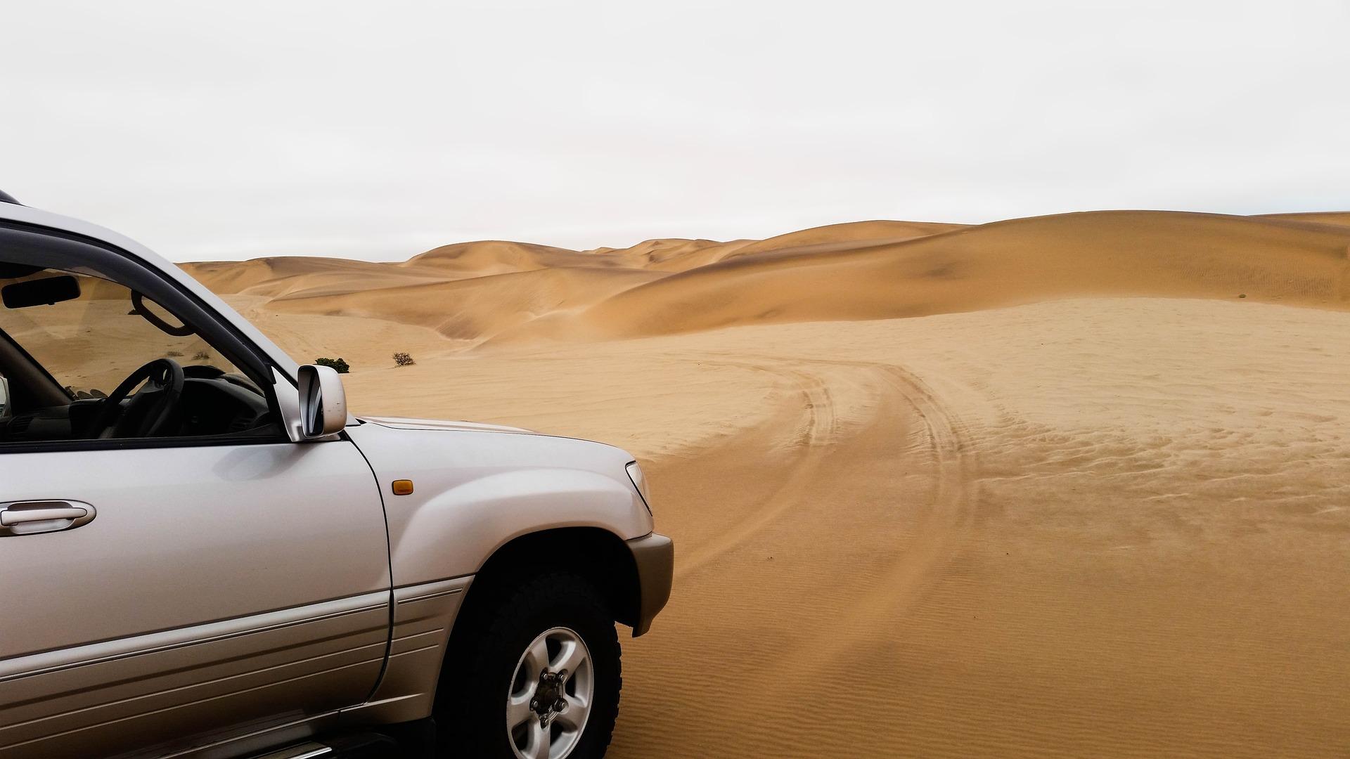 ein Auto im der Wüste