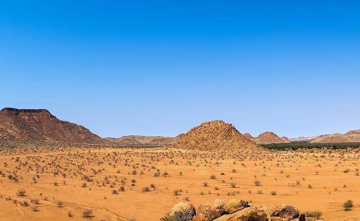 Header Afrika dürre Landschaft mit Berg