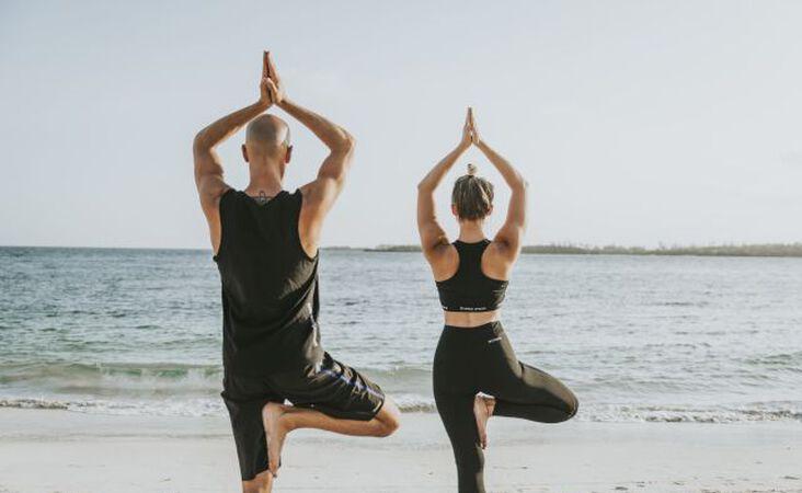 Yoga am Strand in Kenia