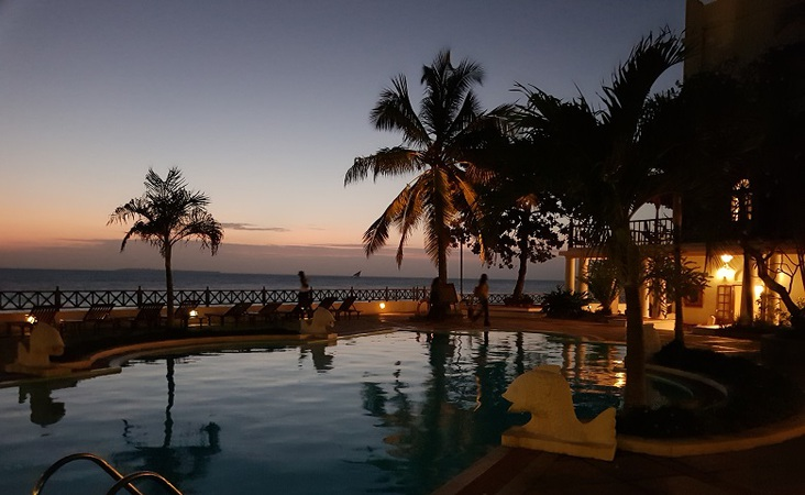 Schwimmbad bei Nacht