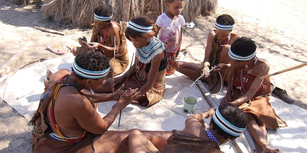 Frauen im Dorf bei der Zubereitung der Mahlzeit lebendiges Museum