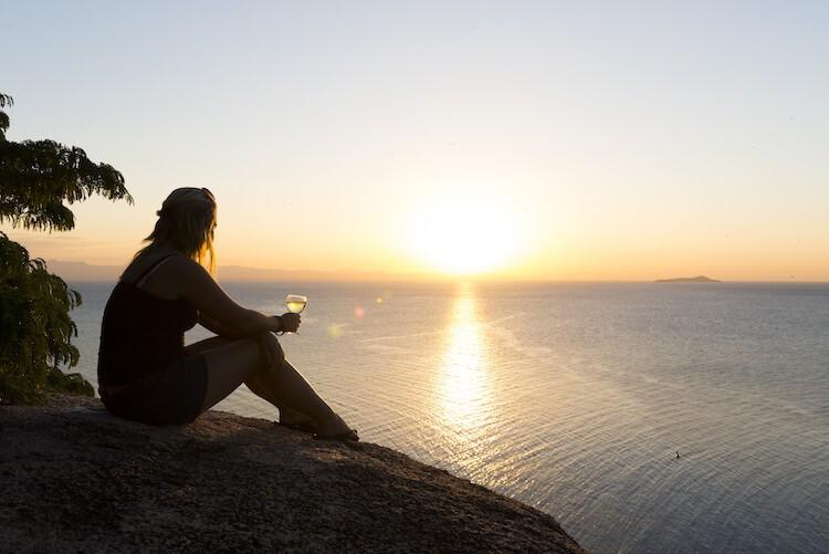 Frau mit Weinglas am Malawisee