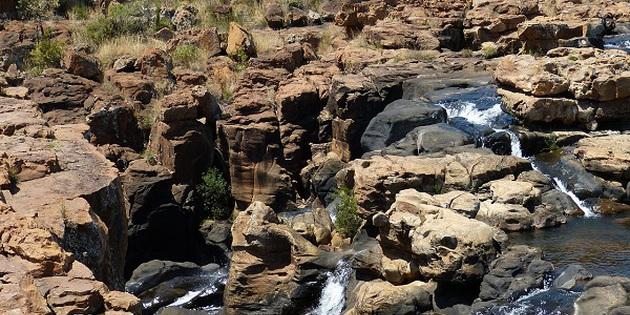 Gebirge mit Wasserfällen