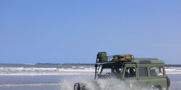 Fahrt mit dem Landrover am Strand